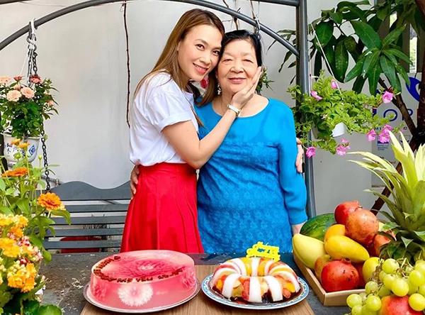 Mỹ Tâm tổ chức tiệc mừng sinh nhật mẹ.
