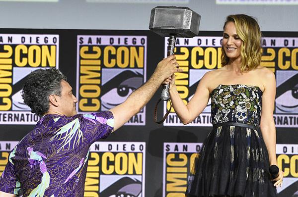 Taika Waititi (trái) và Natalie Portman tại Comic-Con 2019. Ảnh: AP