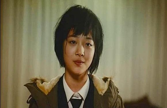 Năm 2007, Sulli tham gia bộ phim điện ảnh Punch Lady nói về nạn bạo hành trong gia đình. Sulli vào vai cô con gái nhỏ Chun Shim với cá tính mạnh mẽ, mái tóc ngắn. Cô nàng nhiều lần bị bố đánh nên gây ra những tổn thương trong tâm hồn. Ánh mắt buồn xa xăm, gương mặt đậm chất điện ảnh của Sulli nhận được sự chú ý.