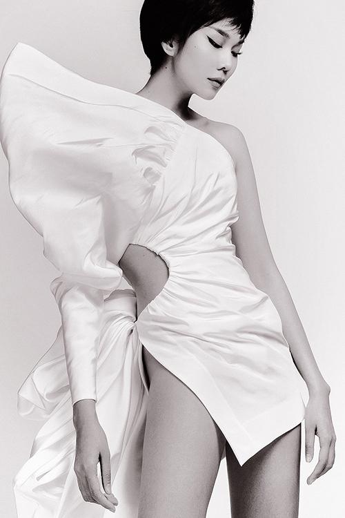 Thanh Hằng chê quần khi mặc chiếc váy vừa ngắn vừa xẻ cao như áo.