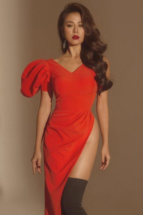Nam Thư bị chê kém duyên vì chiếc váy xẻ lộ phần hông, trông chẳng khác gì mặc áo quên quần.