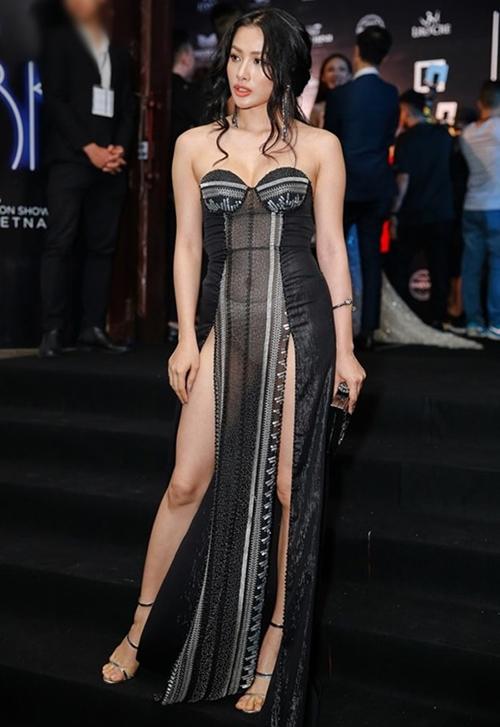 Váy xẻ tà hai bên vốn đã kén, Yaya Trương Nhi còn chọn chất liệu xuyên thấu táo bạo nên gặp sự cố lộ nội y trông chẳng khác gì mặc như không.