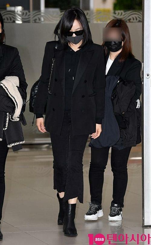 Victoria xuất hiện ở sân bay Hàn Quốc với trang phục đen. Cô che khuôn mặt mệt mỏi bằng khẩu trang và kính đen.