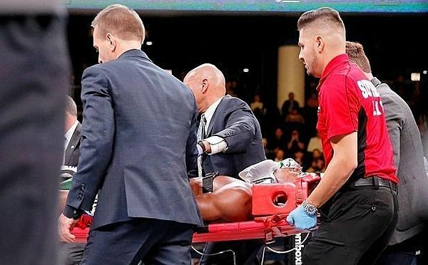 Patrick Day hôn mê trên sàn đấu và được đưa đi cấp cứu.