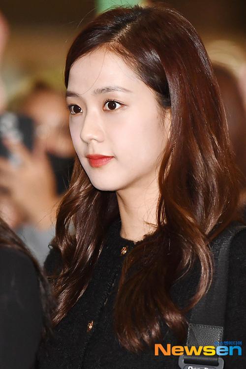 Jennie khiến fan lo vì biểu cảm khó hiểu ở sân bay - 6