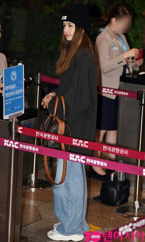 Jennie khiến fan lo vì biểu cảm khó hiểu ở sân bay - 4