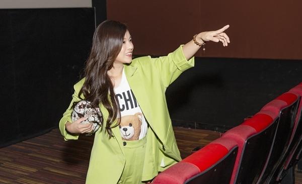Khi bộ phim kết thúc, khi đèn rạp bật sáng, Hoàng Yến Chibi bất ngờ bật dậy ở hàng ghế đầu để mang đến bất ngờ cho fan. Cô mang theo đồ chơi trong mùa Halloween để dọa fan nhưng bất thành.