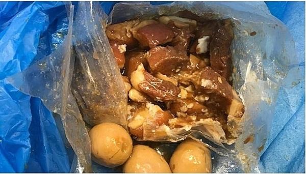 Du khách Việt mang theo thịt lợn được chế biến thành món thịt kho trứng vào Australia.