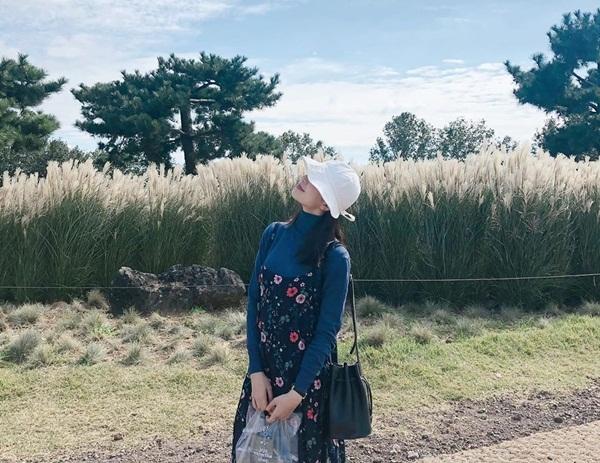 Nữ diễn viên Baek Jin Hee tận hưởng không khí mùa thu bên cánh đồng lau tuyệt đẹp.