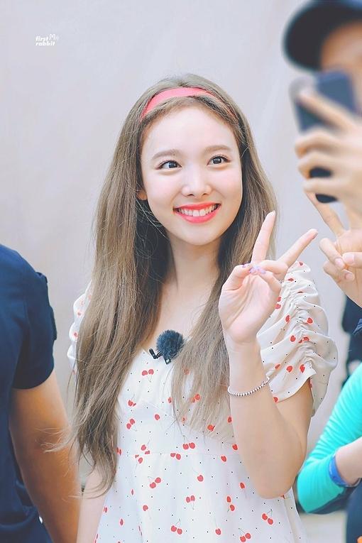 Na Yeon sinh năm 1995 nhưng được khen có vẻ đẹp trẻ trung so với tuổi thật. Cô nàng có đôi mắt to và nụ cười tươi đáng yêu. Năng lượng của Na Yeon luôn mang lại không khí vui vẻ mỗi lần cô xuất hiện.