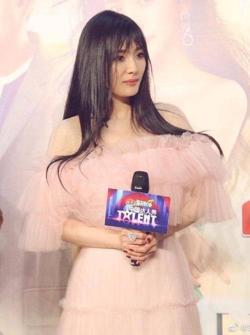 Nữ diễn viên sinh năm 1986 thậm chí bị chê cưa sừng làm nghé thất bại vì cách ăn mặc sến sẩm và kiểu tóc không phù hợp.