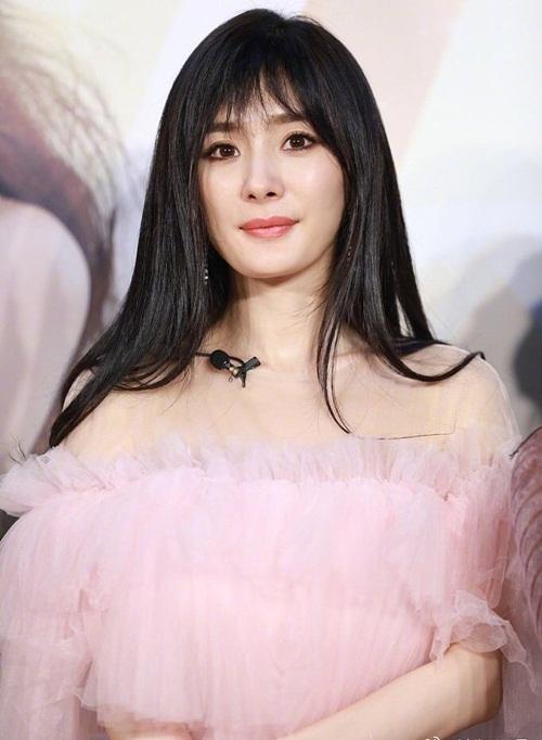 Nhiều fan chỉ trích stylist của Dương Mịch làm cô xuống phong độ. Trước đó, người đẹp luôn nhận được lời khen về cách phối đồ sành điệu khi ra sân bay.