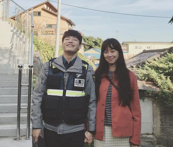 Gong Hyo Jin tay trong tay tình cảm với trai trẻ Kang Ha Neul. Hai diễn viên đóng cặp trong Khi hoa trà nở.