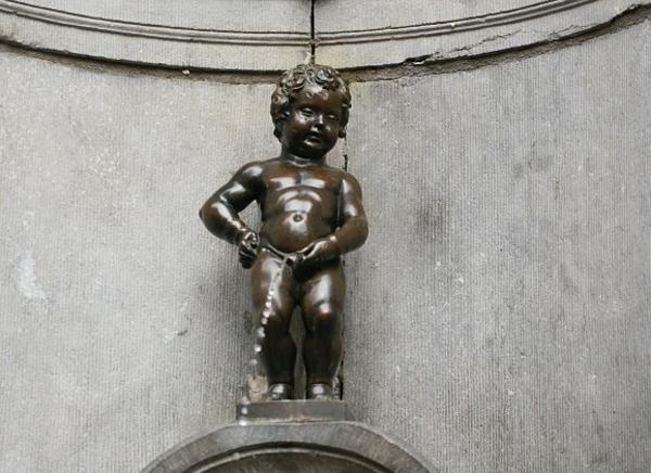 Bức tượng Manneken Pis ở Bỉ.
