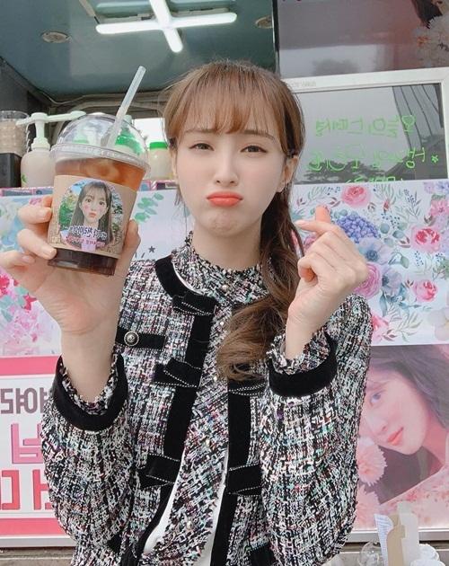 Nữ diễn viên Jung Hye Sung làm mặt đáng yêu khi nhận được xe cà phê từ cô bạn Jo Bo Ah.