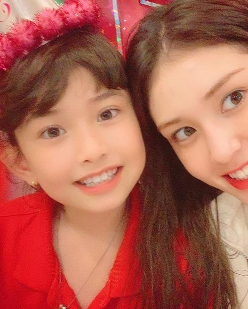 Jeon Somi vui vẻ chụp ảnh cùng em gái trong tiệc sinh nhật của Evelyn.