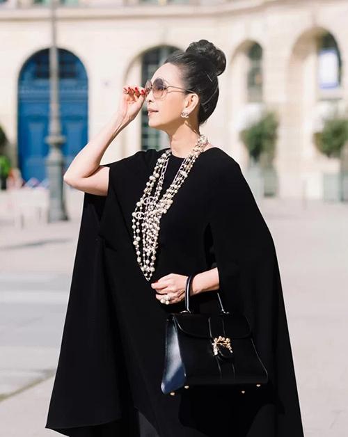 Diễm My cũng có sở thích với những chiếc túi Delvaux, tuy nhiên size to và tông màu trầm hơn.