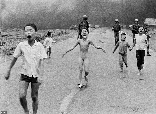 Bức ảnh Em bé Napalm của tác giả Nick Út được chụp ở Việt Nam. Ảnh: AP.