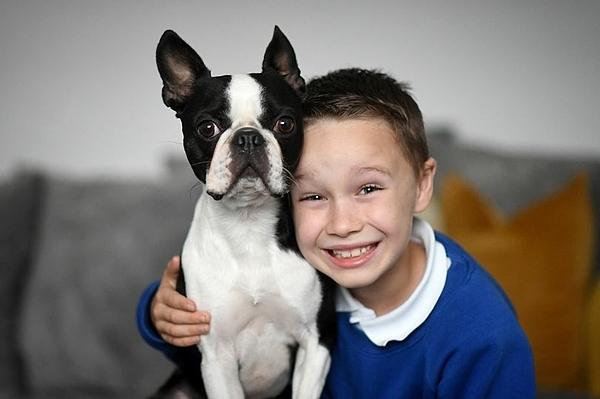 Cậu bé Camron và chú chó cưng Ralph. Ảnh:Manchester Evening News.