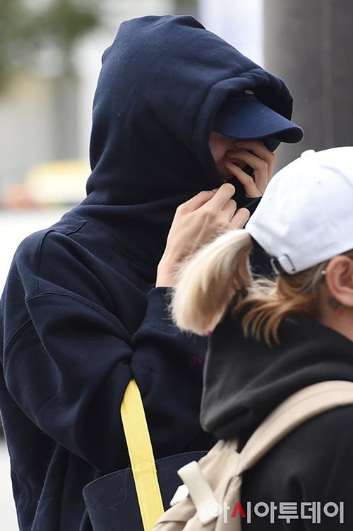 Na Yeon không giấu được nụ cười khi thấy Jeong Yeon tạo dáng. Cặp đôi 2Yeon quen biết nhau từ thực tập sinh, có mối quan hệ gắn bó, luôn ủng hộ lẫn nhau. Họ cũng là cặp được người hâm mộ ship rất nhiệt tình.