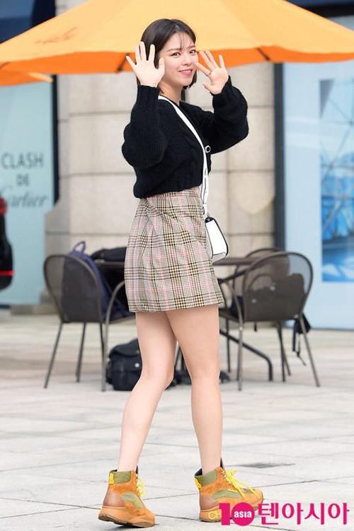 Jeong Yeon luôn được ca ngợi là thành viên Twice có tỉ lệ cơ thể đẹp nhất. Netizen cho rằng nữ thần tượng rất hợp với những sự kiện thời trang.