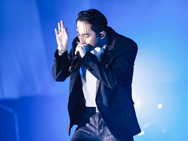 Ngay sau đó, Sơn Tùng M-TP gây phấn khích khi thể hiện ca khúc Hãy trao cho anh cùng vũ điệu gãy tay quen thuộc.