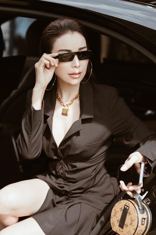 Trà Ngọc Hằngmặc váy của Jacquemus có giá 21 triệu đồng và sử dụngbộ phụ kiện gồm vòng cổ Dior, túi Louis Vuitton giá 28 triệu đồng, mắt kính Louis Vuitton hơn 13 triệu đồng và giày Yves Saint Laurent hơn 18 triệu đồng.