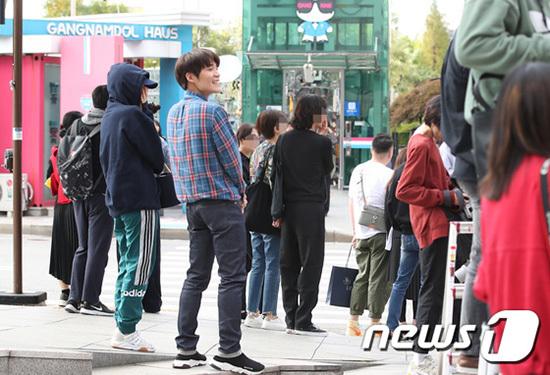 Phóng viên và người hâm mộ phát hiện ra Na Yeon (quần adidas xanh) cũng xuất hiện ở sự kiện nhưng không hề trang điểm, đội mũ che kín và đứng cạnh quản lý. Cô nàng đến để ủng hộ Jeong Yeon - người lần đầu một mình tham dự sự kiện.
