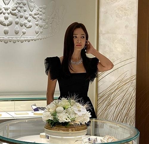 Song Hye Kyo xuất hiện xinh đẹp trong bộ đầm đen và trang sức sang trọng.