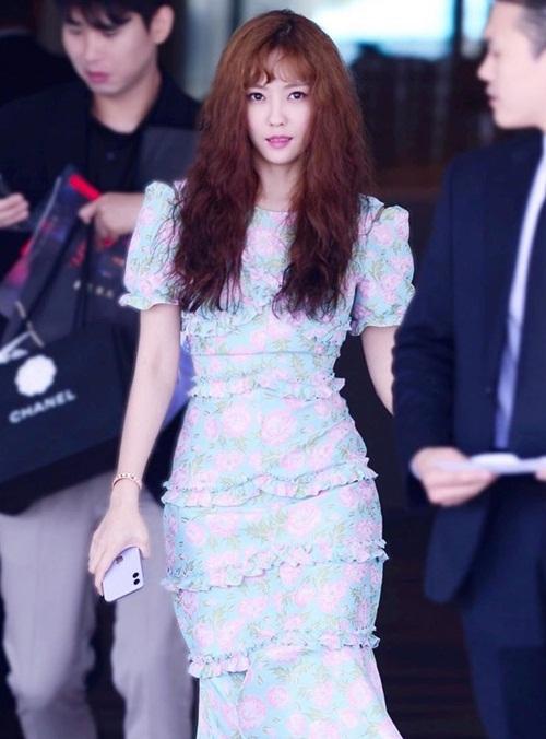Hyo Min khoe thân hình đồng hồ cát khi đi sự kiện. Mái tóc xù bông khiến nữ ca sĩ có diện mạo mới mẻ hơn.