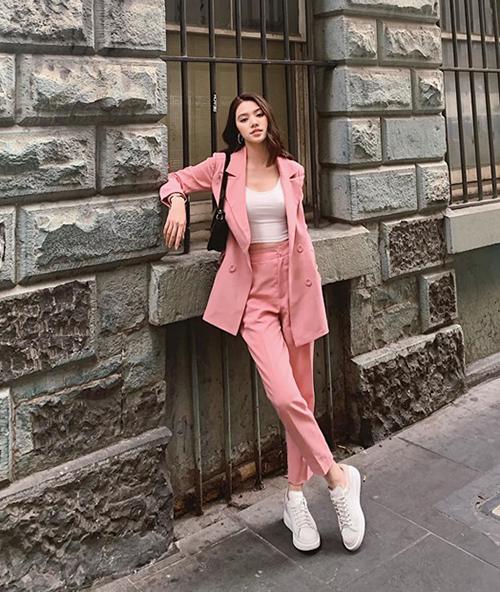 Không chỉ chọn màu hồng kẹo ngọt, Jolie Nguyễn còn khéo mix vest với giày thể thao, tăng khả năng ăn gian tuổi.