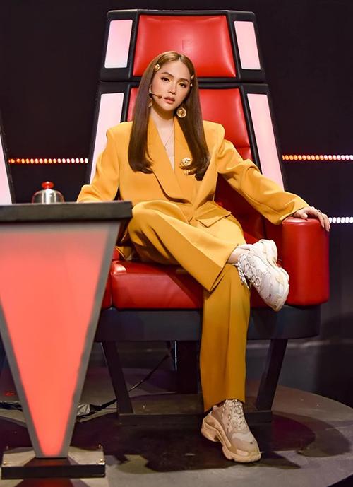 Bí quyết của Hương Giang để mặc suit không bị dừ là chọn phom oversized, gam màu vàng mù tạt đúng mốt. Cô còn kết hợp với những phụ kiện như sneakers, kẹp tóc.