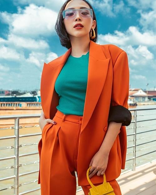 Khi mặc đồ màu chóe, nữ ca sĩ luôn chú trọng trang điểm tông xuyệt tông để tránh cảm giác lòe loẹt kém sang.