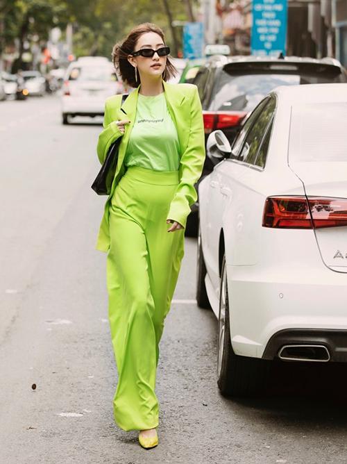 Hà Thu diện đồ xanh nõn chuối từ đầu đến chân. Người đẹp rất cao tay khi mặc đồ neon nguyên cây nhưng trông vẫn hợp lý và thời thượng.