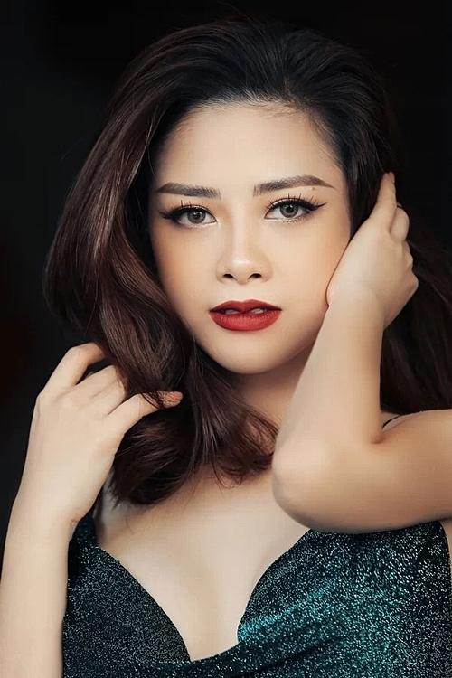 Dương Hoàng Yến thường chọn trang phục kín đáo khi đi diễn. Thi thoảng, cô đổi gió bằng những chiếc váy ôm sát.