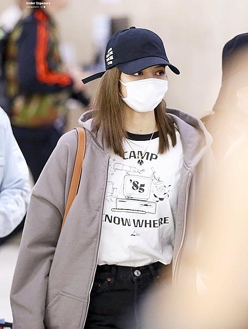 Lisa cũng đội mũ lưỡi trai và đeo khẩu trang che chắn khuôn mặt. Cô là thành viên gây chú ý nhất trong sân khấu trình diễn của Black Pink tại Music Station ngày 17/10.
