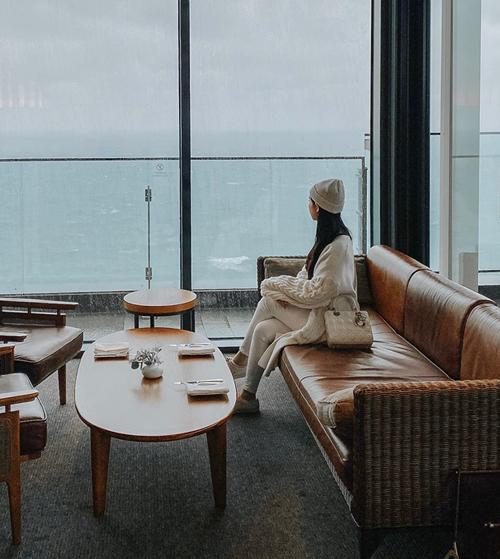 Jun Vũ ngắm biển Busan ngày lạnh.