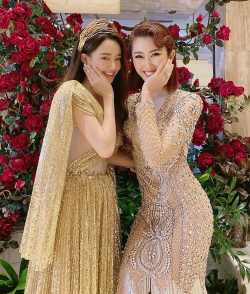 Hội ngộ trong một sự kiện với trang phục lấp lánh ăn rơ, Nhã Phương và Thúy Ngân liền chụp hình nhí nhố.
