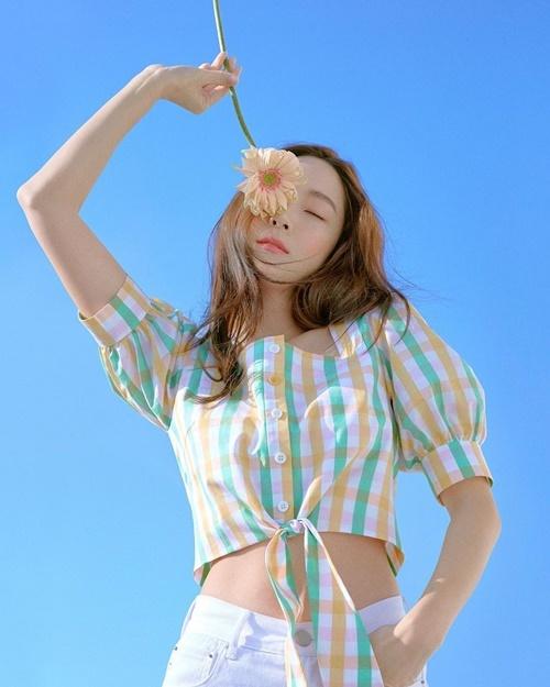Jessica khoe eo thon và vẻ tươi trẻ khác với style thanh lịch chín chắn thường thấy.