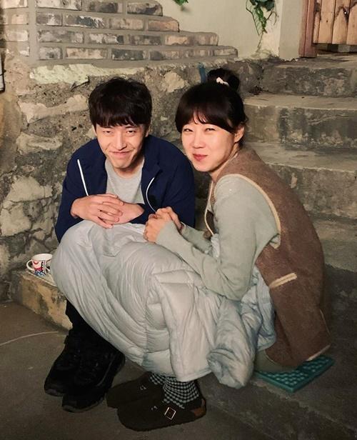 Gong Hyo Jin chia áo cho Kang Ha Neul đắp chung, thể hiện tình chị em thắm thiết trên trường quay Khi hoa trà nở.