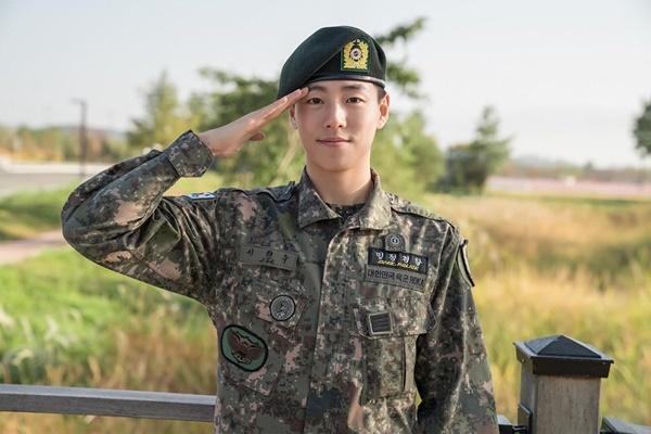 Lee Hyun Woo điển trai ngày xuất ngũ. Anh chàng không tổ chức lễ chào đón mà ngay lập tức gia nhập đoàn phim điện ảnh mới.