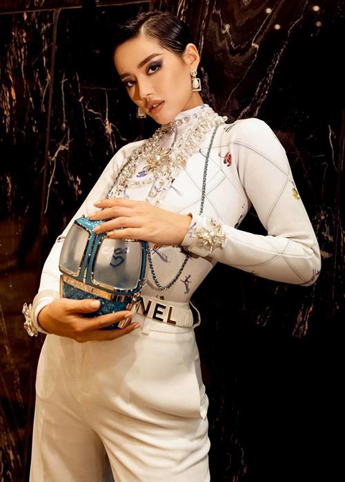 Đây là thiết kế có tên Gondola Lift Minaudiere Bag, là một sản phẩm giới hạn thuộc BST Thu Đông 2019 của Chanel. Đây là bộ sưu tập cuối cùng có sự tham gia của cố nhà thiết kế Karl Lagerfeld.