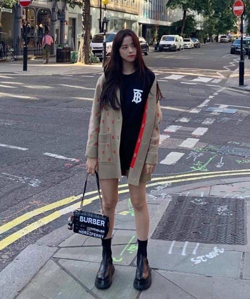 Ngược lại, Ji Soo lại mặc cardigan Burberry dài đến ngang đùi. Tuy nhiên cách phối kiểu giấu quần của nữ idol cũng là chiêu hack chiều cao lý tưởng.