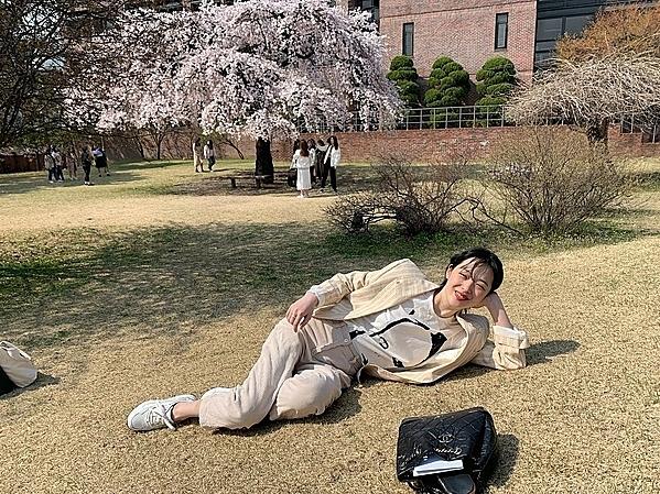 Bức ảnh Sulli chụp tại sân trường đại học.