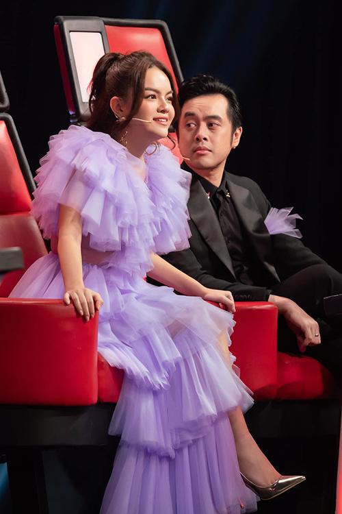 Vẻ mặt hài lòng của Phạm Quỳnh Anh khi học trò biểu diễn thăng hoa trong bán kết Giọng hát Việt nhí 2019.