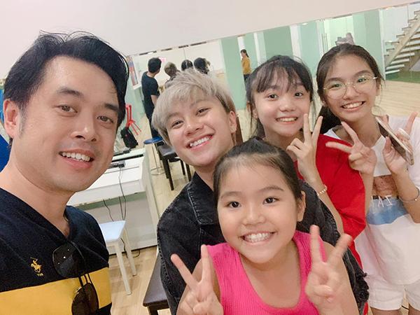 Dương Khắc Linh mời Bảo Hân của Về nhà đi con hỗ trợ trong một tiết mục của học trò tại Giọng hát Việt Nhí.