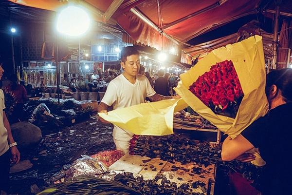 Tuấn Hưng thức dậy từ 4h sáng đi chợ mua hoa, tự gói để tặng những người phụ nữ thân yêu nhất nhân ngày đặc biệt.