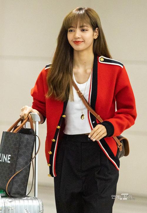 Cardigan là món đồ kinh điển của các tín đồ thời trang khi vào thu. Lisa (Black Pink) diện cardigan đắt giá của nhà mốt Celine theo cách cổ điển nhất – làm áo khoác.