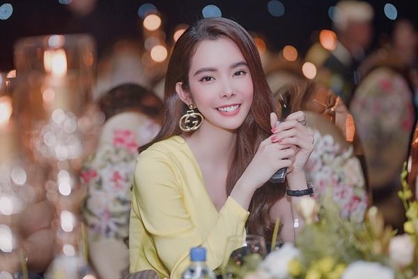 Huỳnh Vy chọn lối make-up, làm tócnhẹ nhàng. Cô sử dụng khuyên tai kim loại tạo điểm nhấn.