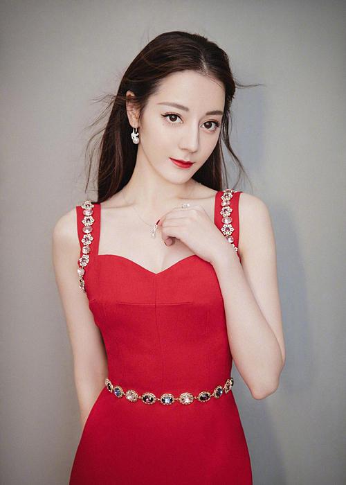 Từ khi bước vào giới giải trí, Địch Lệ Nhiệt Ba đã nổi bật nhờ ngoại hình. Nữ diễn viên sở hữu nét đẹp hiện đại, sang chảnh và là người mẫu quảng cáo được các thương hiệu cao cấp săn đón. Ngôi sao sinh năm 1992 luôn có mặt trong các bảng xếp hạng nhan sắc ở Trung Quốc.